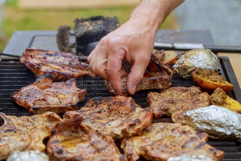 Barbecuegrill met diverse soorten vlees, close-up stock fotografie