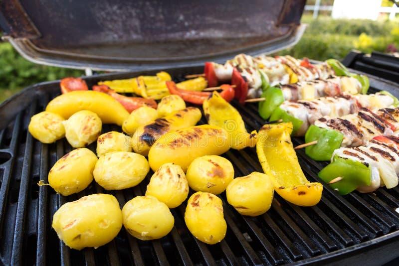 Barbecuegrill met diverse soorten vlees, close-up stock foto