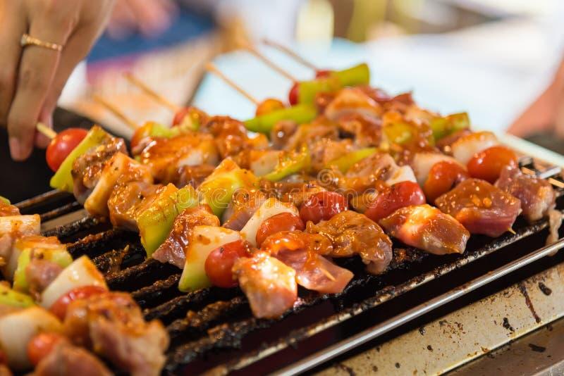Barbecuegrill met diverse soorten vlees, close-up royalty-vrije stock afbeelding