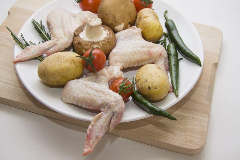 Barbecueingrediënten van kippenvlees en groenten stock fotografie