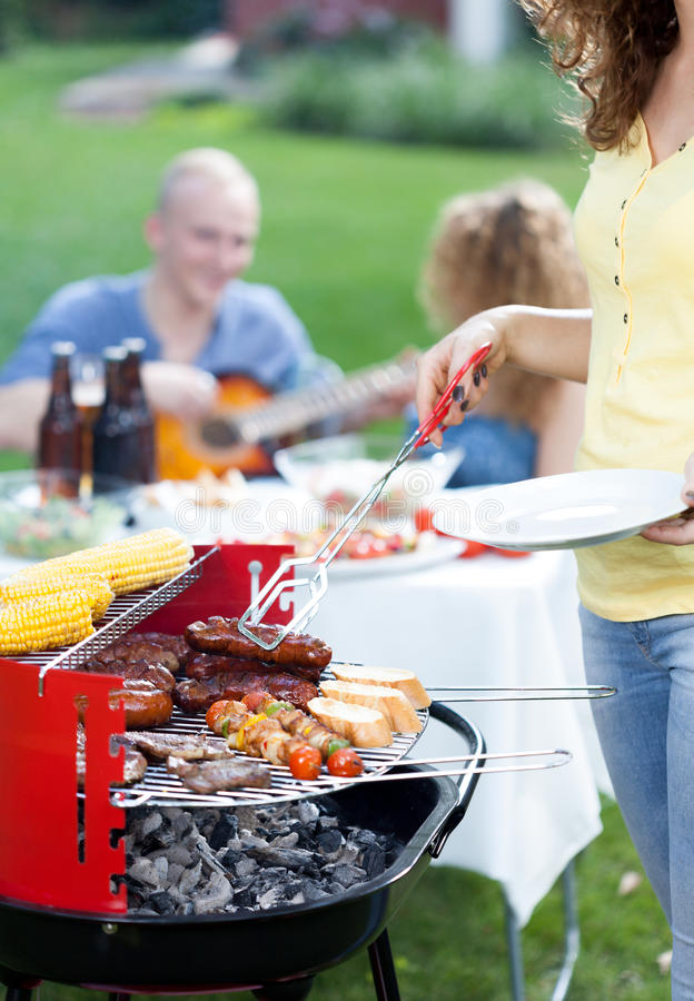 Barbecuepartij in tuin stock afbeeldingen