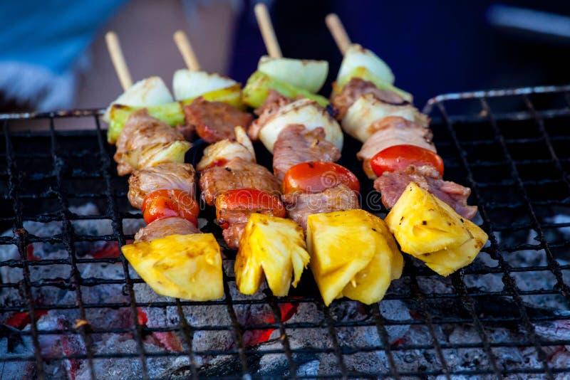 Barbecues de porc grillant sur le gril portatif photos libres de droits