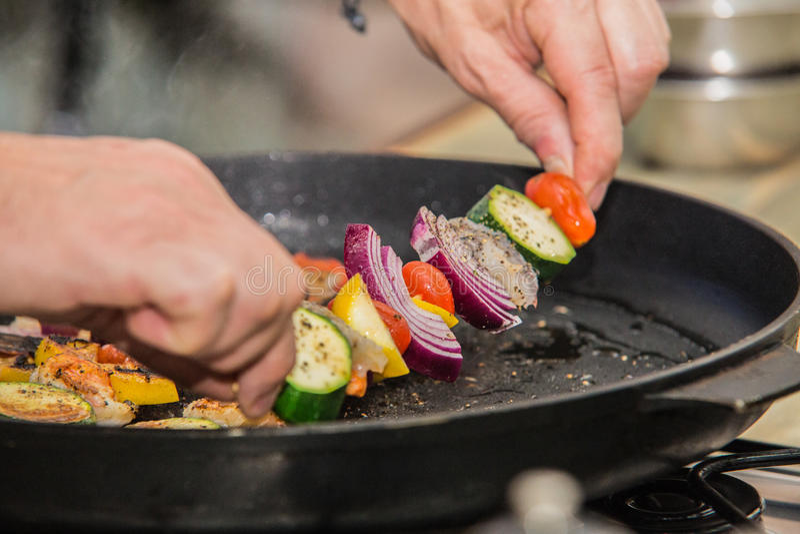 Barbecuestokken met vlees en groenten stock foto's