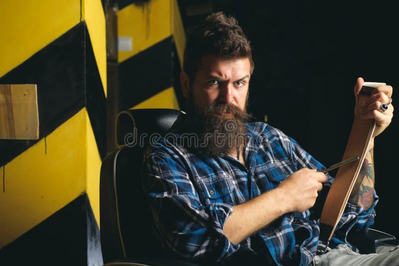 Barbeiro - barbeações e guarnições Grande tempo no barbeiro Barber Shop Studios Tesouras do barbeiro e lâmina reta macho foto de stock royalty free