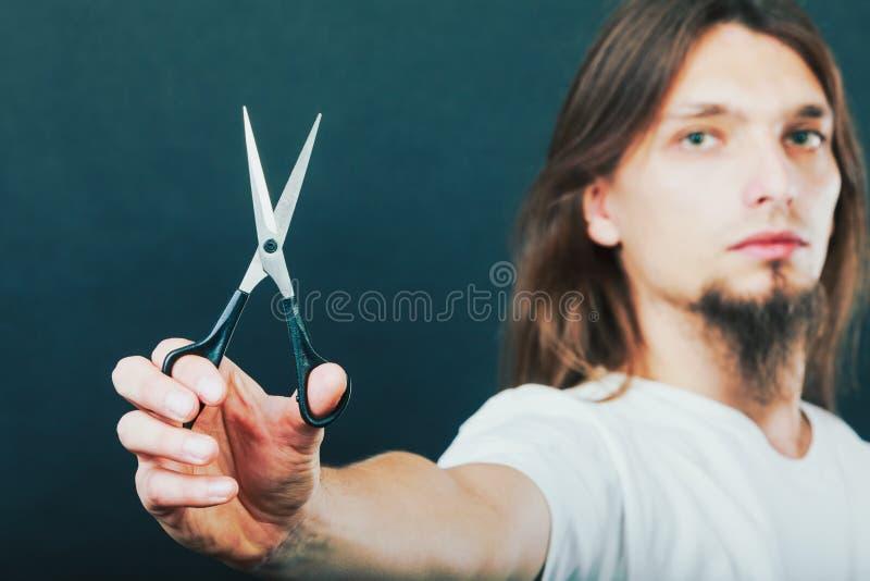 Barbeiro com tesouras à disposição fotos de stock