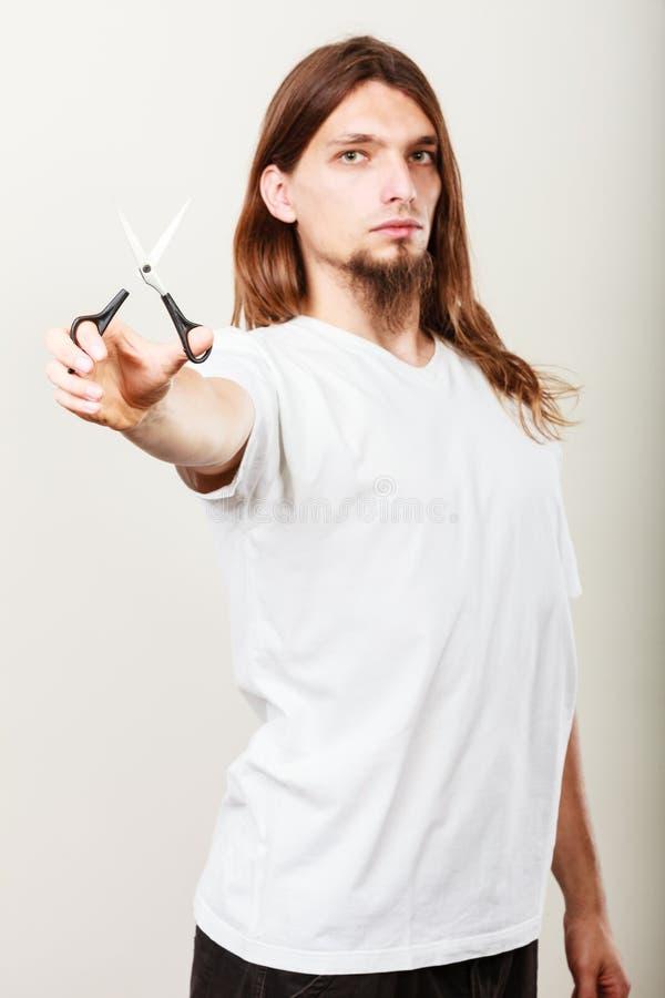 Barbeiro com tesouras à disposição foto de stock