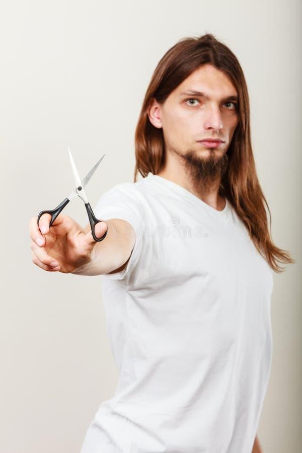 Barbeiro com tesouras à disposição imagem de stock