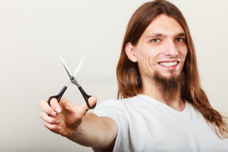Barbeiro com tesouras à disposição imagens de stock