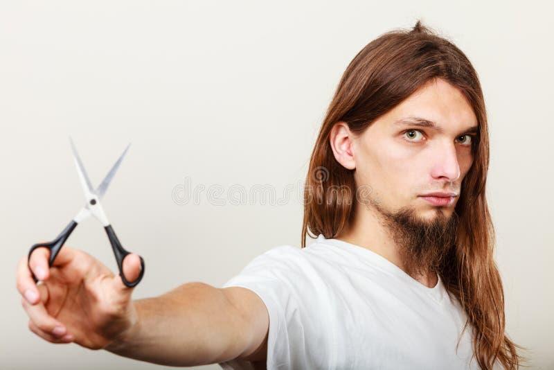 Barbeiro com tesouras à disposição imagens de stock royalty free