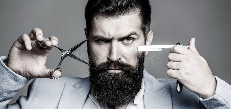Barbeiro do vintage, barbeando Homem da barba do retrato Homem da barba, homem farpado Tesouras do barbeiro e lâmina reta, barbei fotografia de stock