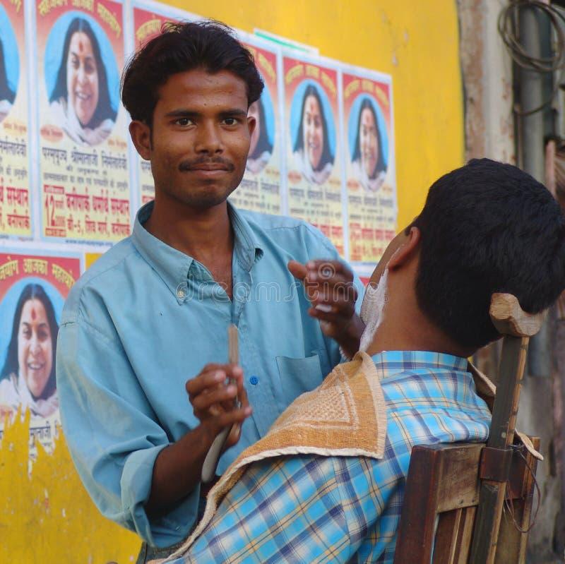 Barbeiro lateral da rua, Jaisalmer, India imagens de stock