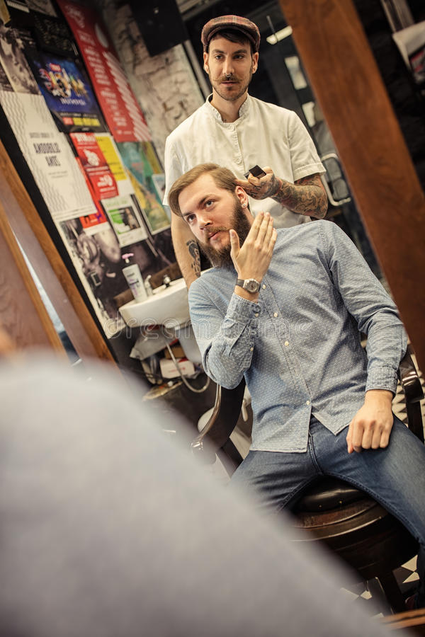 Barbeiro moderno em seu local de trabalho imagens de stock
