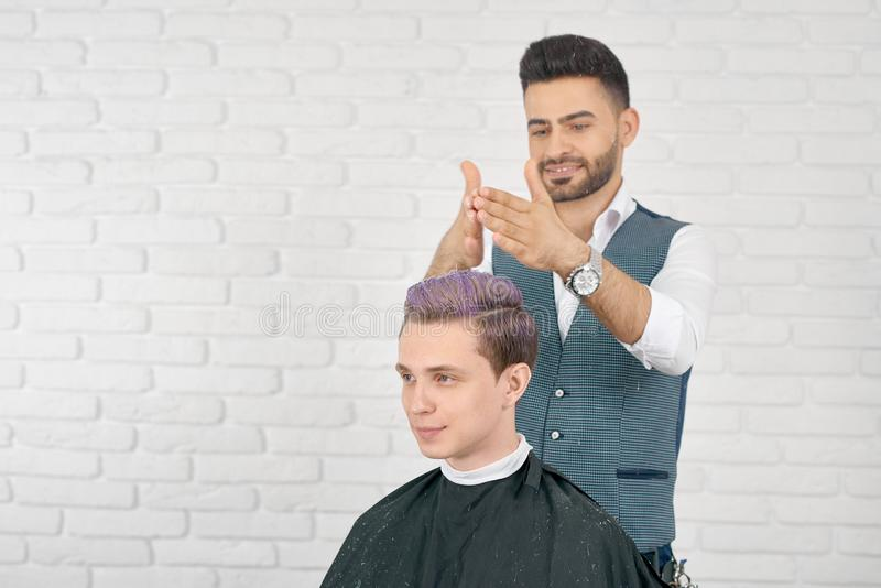 Barbeiro que faz o cabelo lilás que tonifica para o cliente novo fotos de stock royalty free