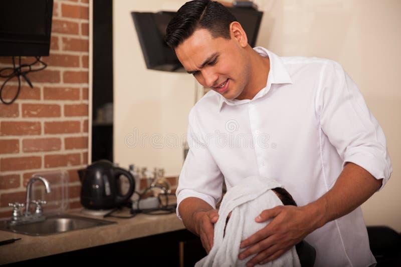 Barbeiro que usa uma toalha quente fotos de stock
