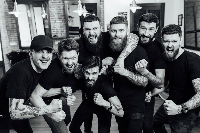 Barbeiros profissionais no interior do barbeiro imagem de stock