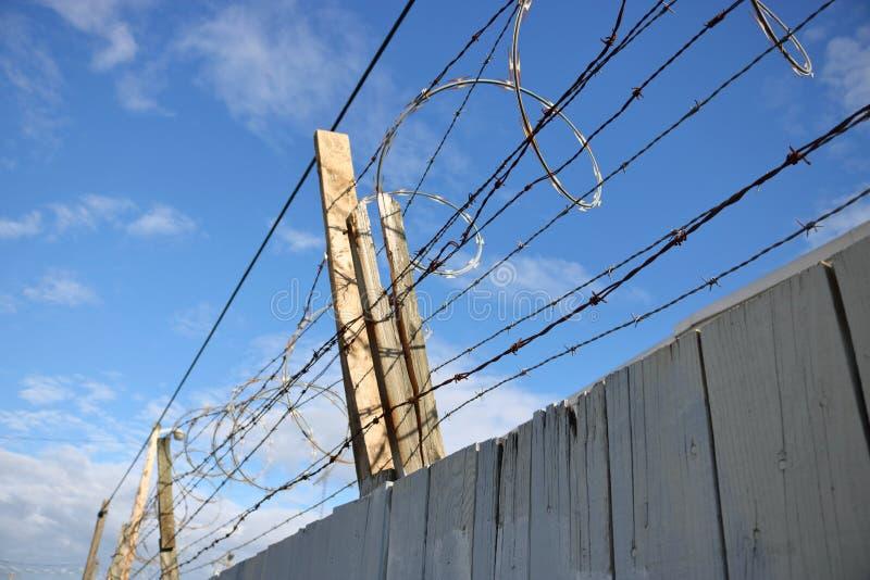 Barbelé extérieur sur la barrière en bois photo libre de droits