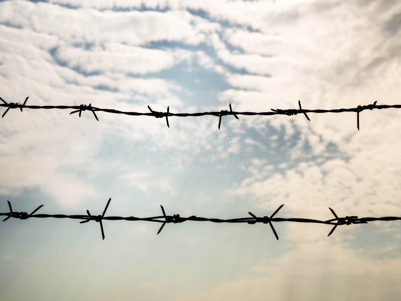 Barbel? sur le fond de ciel Concept avec l'espace de copie pour le secteur restreint, emprisonnement, liberté photos stock