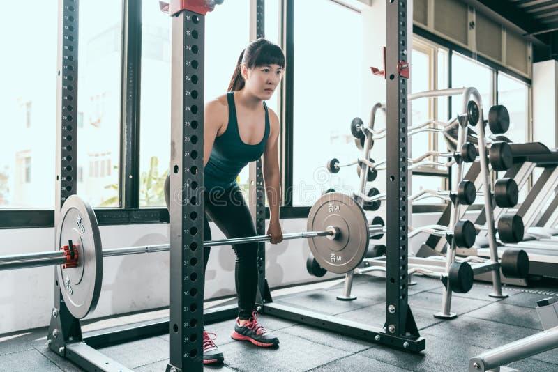 Barbell de deadlift de femme de forme physique dans la machine de Smith photos libres de droits