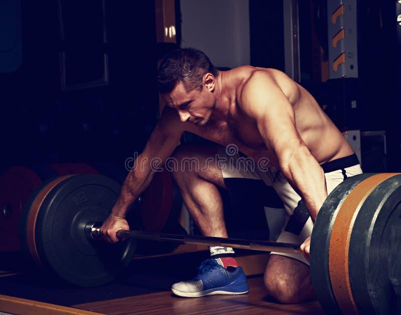 Barbell de levantamento do homem brutal forte considerável no gym do crossfit na Dinamarca fotos de stock