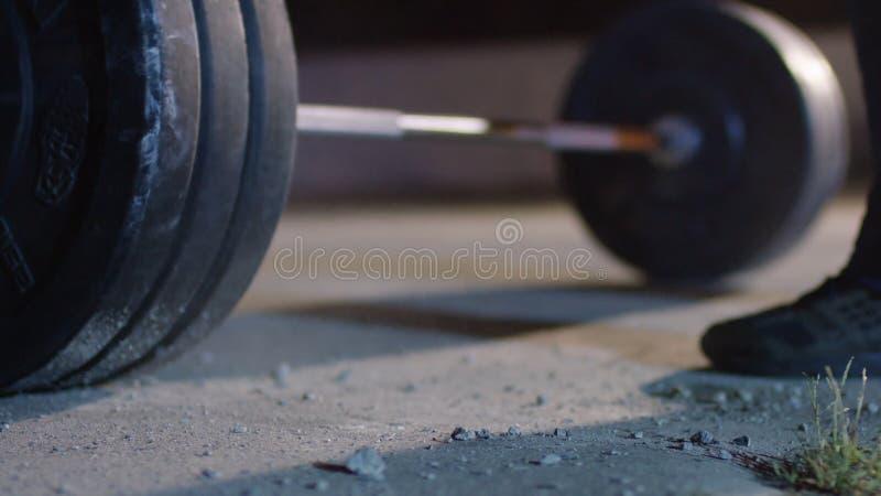 Barbell für deadlift und Fußathlet powerlifter Wettbewerbe beim Powerlifting Junger Athlet, der zum Gewicht fertig wird lizenzfreies stockbild