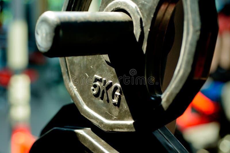 barbell 5kg ou dumbell formation et weightloss de sport Barbell en métal adaptez votre corps et perdez le poids Plats de poids de image libre de droits
