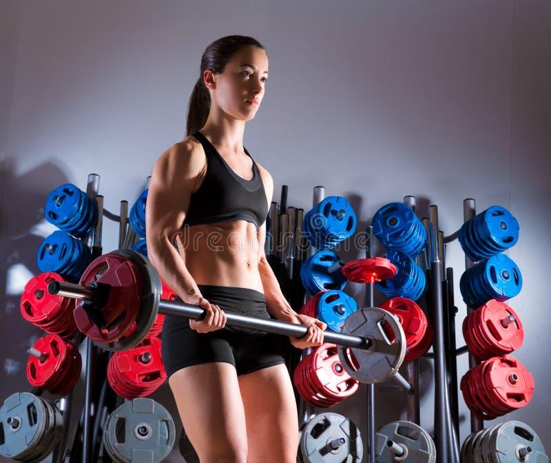 Barbell kobiety treningu sprawność fizyczna w weightlifting gym obraz stock