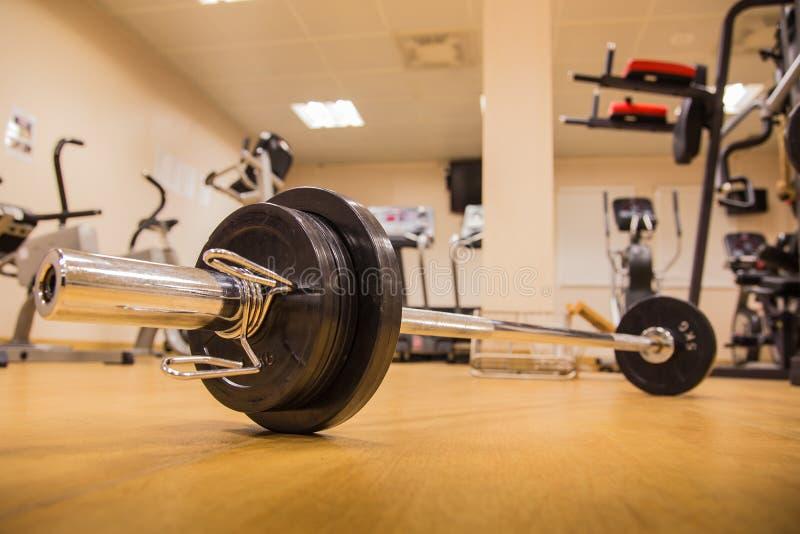 Barbell para que o treinamento do peso construa o músculo na sala da aptidão imagem de stock