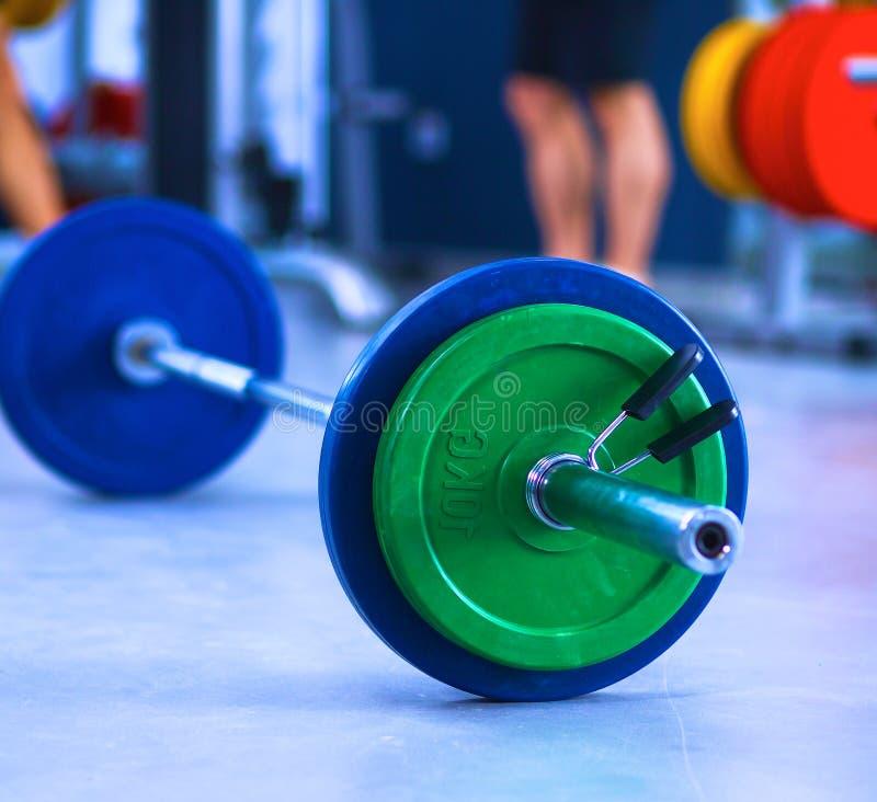 Barbell pronto para malhar no gym foto de stock