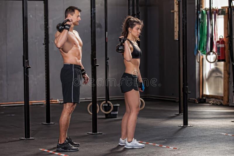 Barbell szkolenia kobieta w gym i mężczyzna zdjęcie royalty free