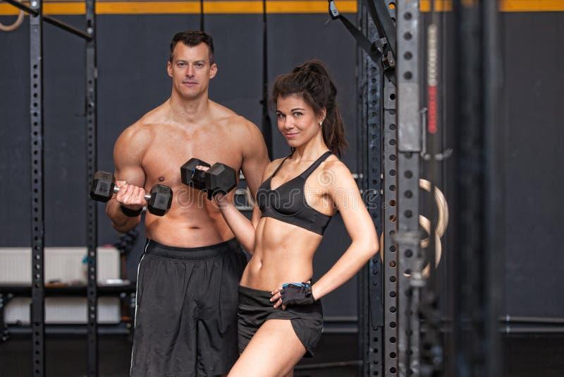 Barbell szkolenia womanin i mężczyzna gym fotografia stock