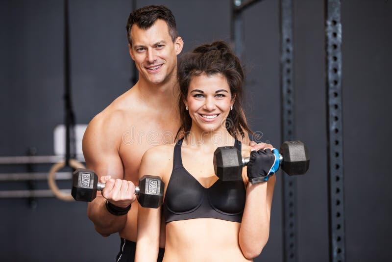 Barbell szkolenia womanin i mężczyzna gym zdjęcie stock