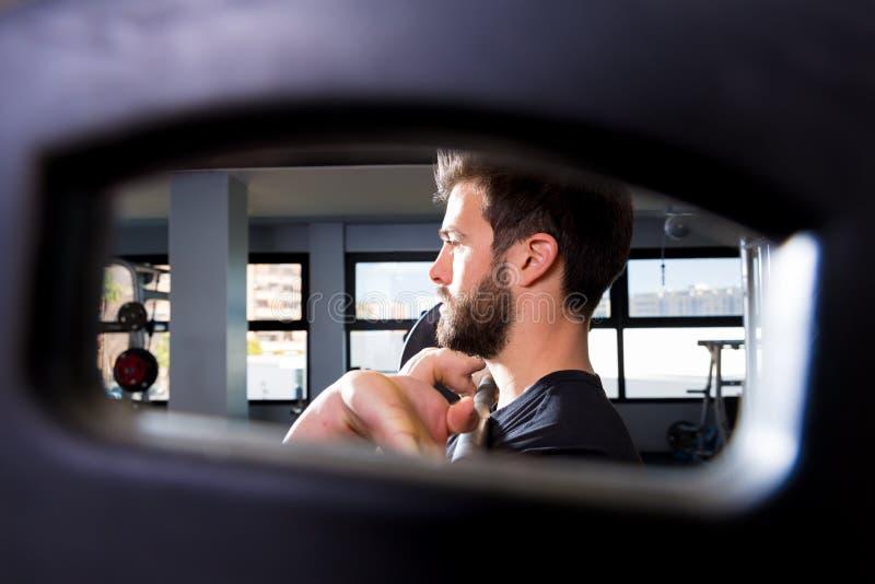 Barbellmanngewichtheben-Trainingsansicht durch Loch stockfotografie