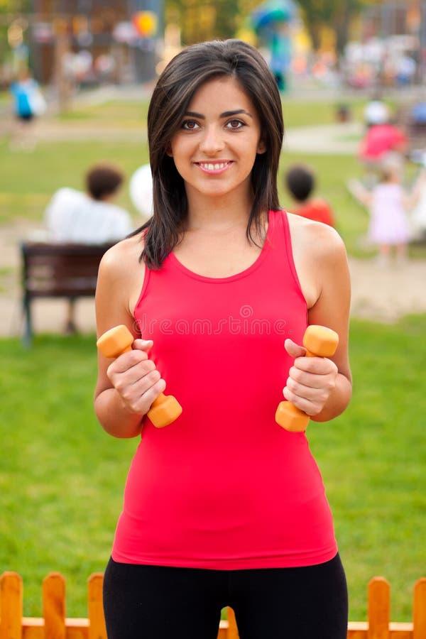 barbells dostosowywali dziewczyny target2724_1_ szczęśliwy fotografia stock