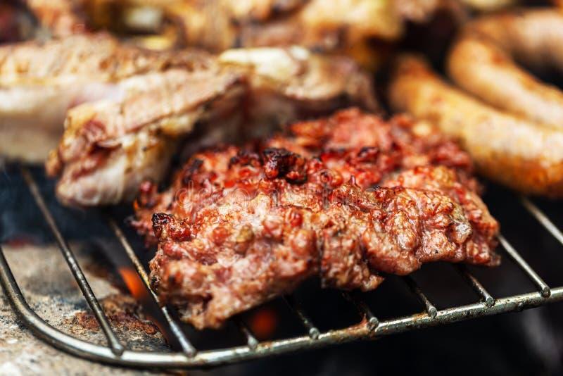 Barbeque grill, blandat kött, kokning utomhus royaltyfria foton