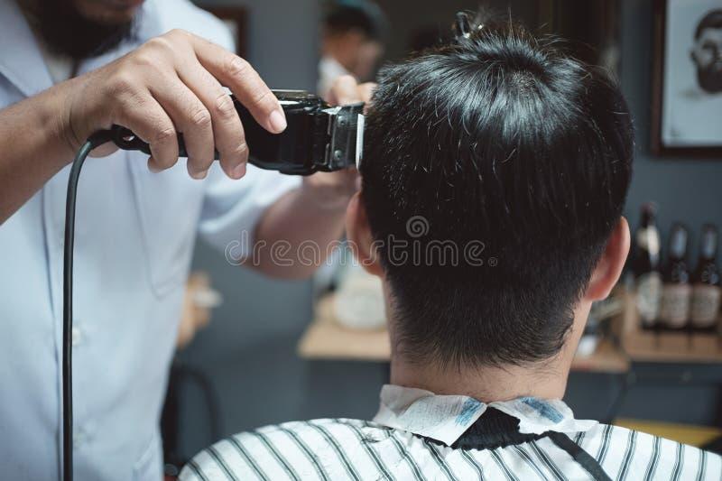 Barber Hairdresser macht Frisur einen Mann lizenzfreie stockfotografie