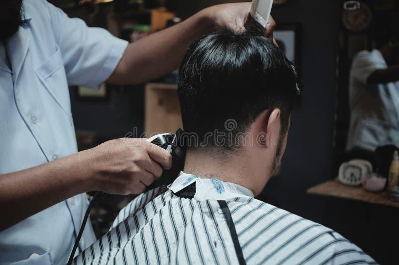 Barber Hairdresser macht Frisur einen Mann stockbild