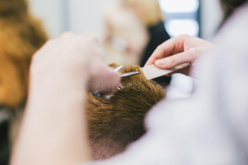 Barber Making Haircut Bearded Man in Herenkapper Het professionele haar van de stilist scherpe cliënt in salon Kapper het gebruik royalty-vrije stock fotografie