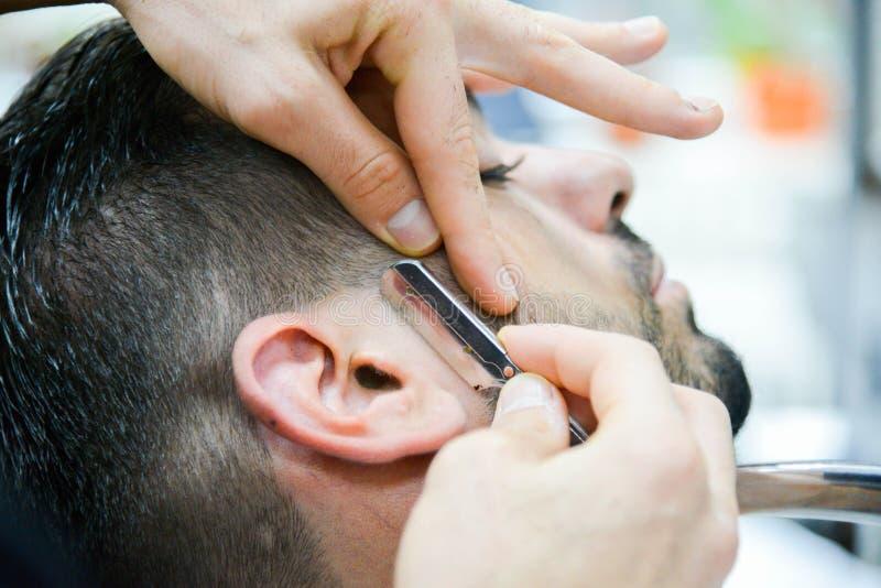 Barber Male Haircut i våra dagar royaltyfria bilder