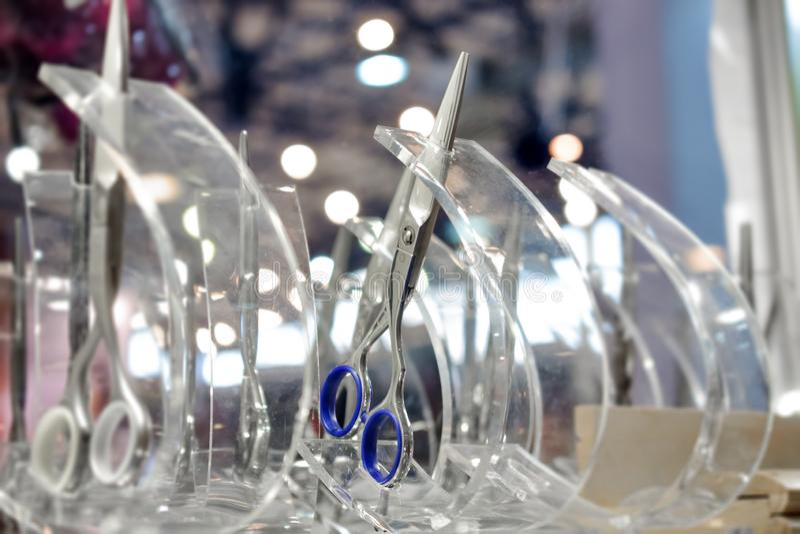 Barber Scissors professionnelle élégante, la coupe de cheveux et les ciseaux de éclaircissement dans le vitrail de magasin de dét photo stock
