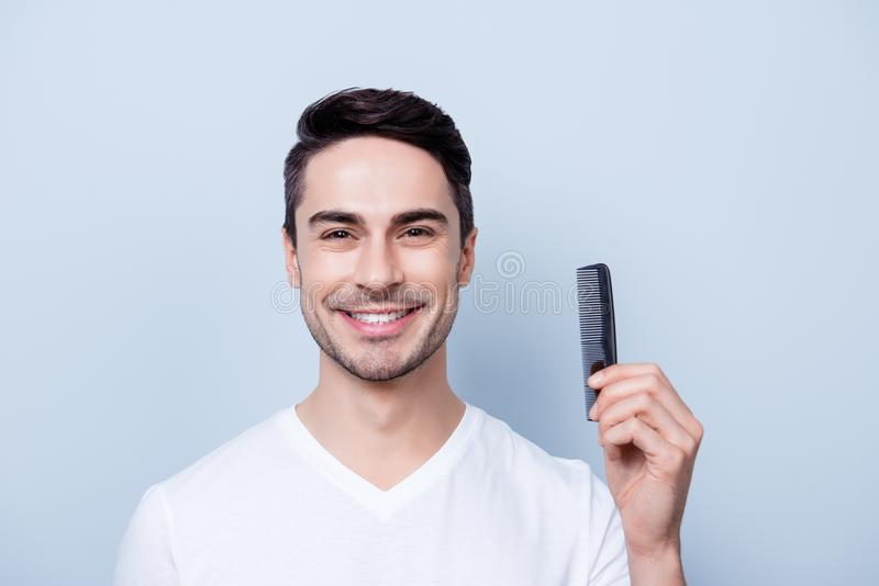 Barber Shop Concept Le stiliga unga brunete i vit t s arkivfoton