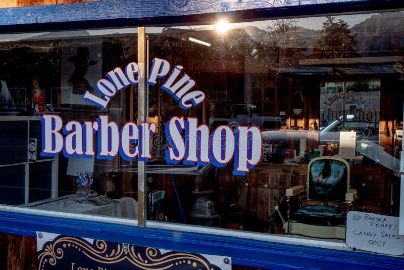 Barber Shop idosa na vila hist?rica do pinho solit?rio - PINHO SOLIT?RIO CA, EUA - 29 DE MAR?O DE 2019 imagem de stock