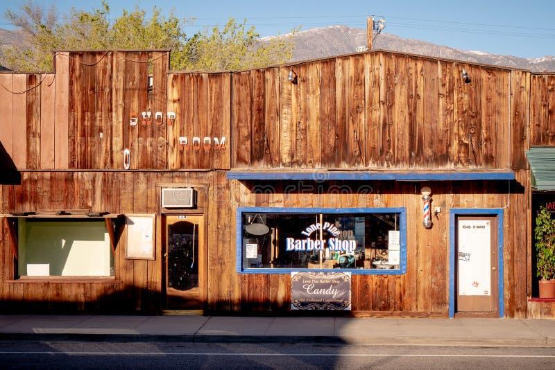 Barber Shop idosa na vila hist?rica do pinho solit?rio - PINHO SOLIT?RIO CA, EUA - 29 DE MAR?O DE 2019 foto de stock