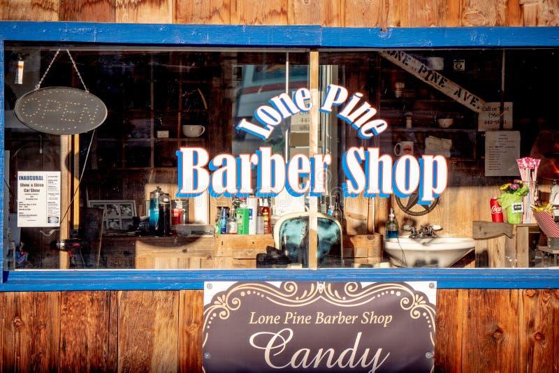 Barber Shop idosa na vila hist?rica do pinho solit?rio - PINHO SOLIT?RIO CA, EUA - 29 DE MAR?O DE 2019 foto de stock royalty free