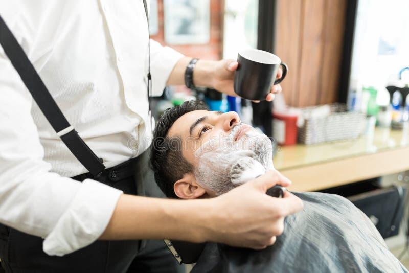 Barber Spreading Shaving Foam With-Borstel op Mensen` s Gezicht stock afbeeldingen