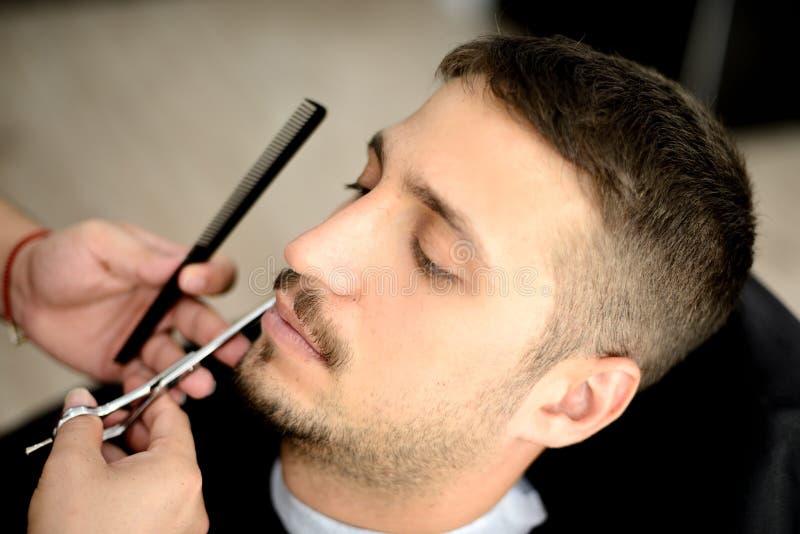 Barberare och klient royaltyfri foto