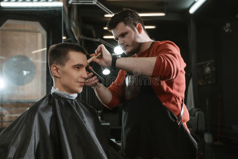 Barberare på arbete royaltyfria foton