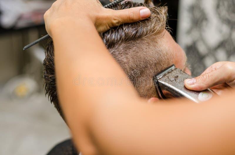 Barberareklipp och modellerahår vid den elektriska beskäraren royaltyfria foton