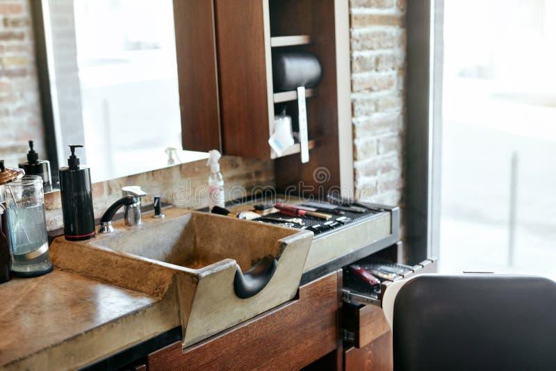 Barberaren shoppar inre Vask för salong för manskönhethår royaltyfri fotografi