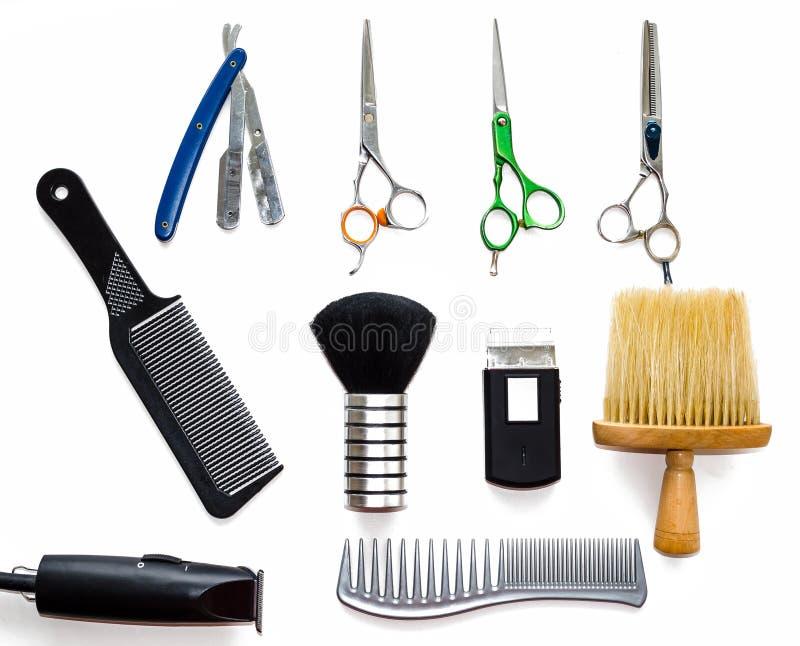 Barberaren shoppar utrustninghjälpmedel på vit bakgrund Yrkesmässiga friseringhjälpmedel Hårkammen scissor, nagelsax och hårbeskä arkivfoton