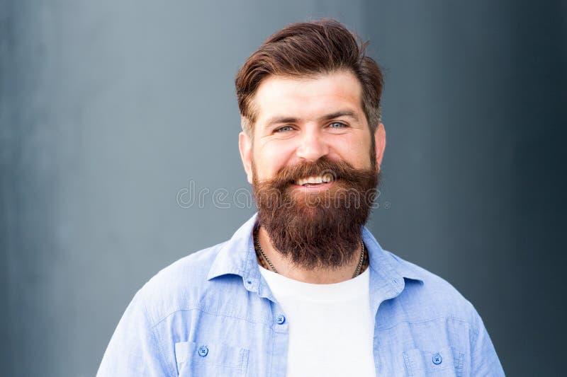 Barbering на своей самой лучшей мужской заботе парикмахера o усмехаясь бородатый человек r стоковая фотография